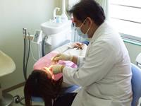 担当医がお口の中と歯の状態をチェックします。